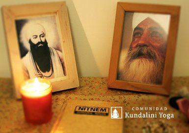 Altar con imagen de Guru Ram Das, Yogi Bhajan, vela y Mala.