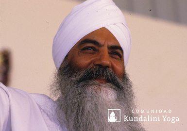Yogui Bhajan sonriendo