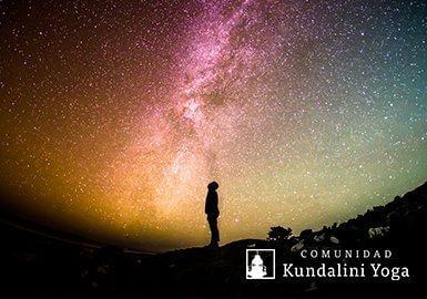 hombre mirando el universo