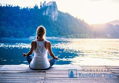 Mujer meditando en la orilla de un lago