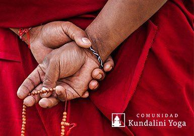 monje budista con japa mala