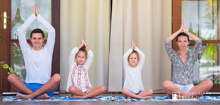Familia practicando Kundalini Yoga